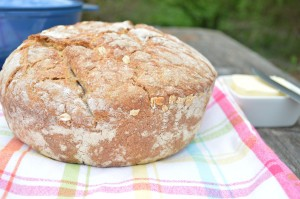 Chleb upieczony w żeliwnym garnku